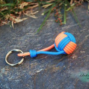 Llavero azul y naranja